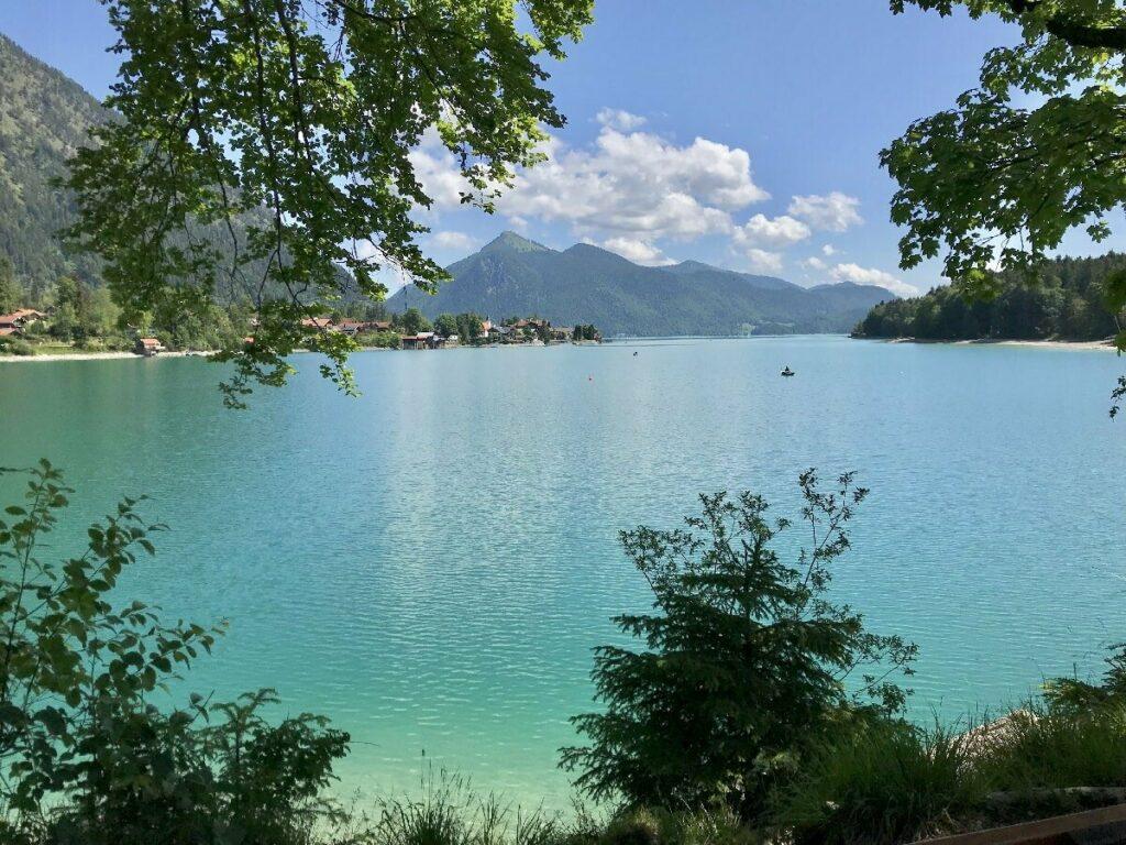 bayerische Karibik Walchensee - türkisgrünes Wasser mit Bergen