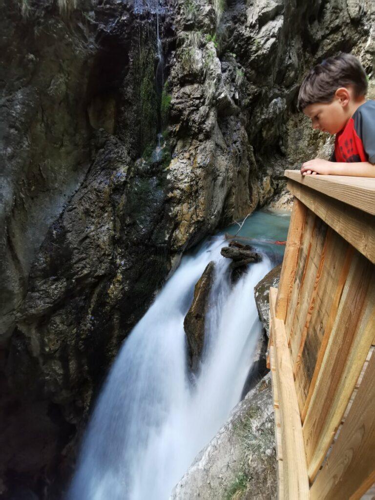 In der Wolfsklamm kannst eine traumhafte Klammwanderung entlang der schönsten Wasserfälle machen