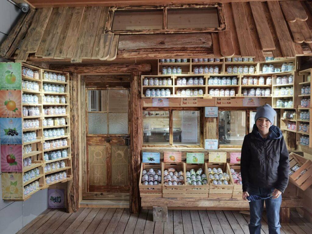 Die Bonbonmaschine mit dem kleinen Laden im Haus steht Kopf